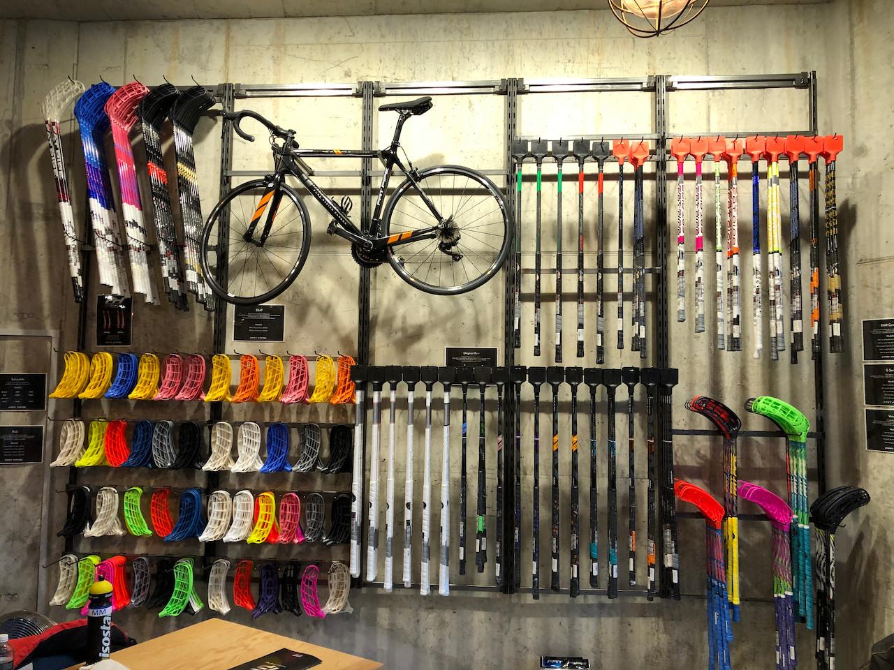 Beschriftung Rennrad Angleichung an Fatpipe Unihockeystock für Store in Zürich