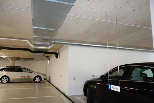 Montage der beschrifteten Parkplatzschilder in der Tiefgarage