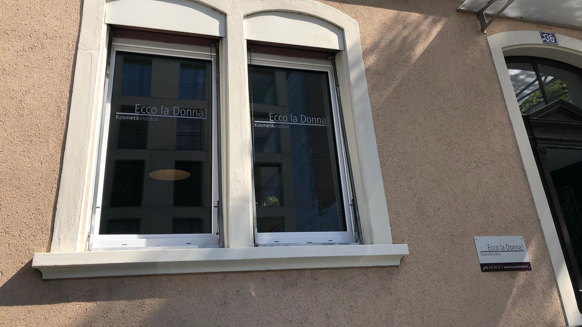 Fensterbeschriftung & Montage beschrifteter Tafel Ecco la Donna!, Winterthur