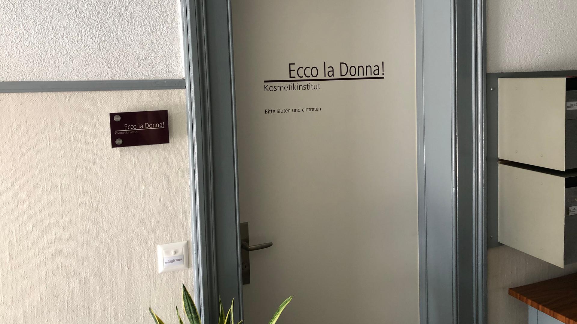 Türbeschriftung, Plexiglasbeschriftung Ecco la Donna!, Winterthur