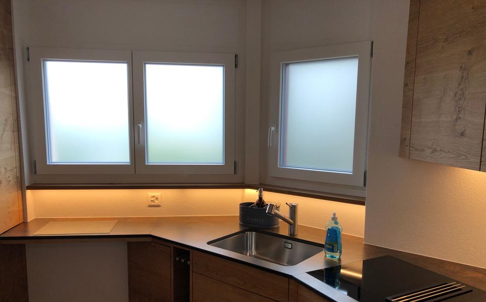 Private Beschriftung der Fenster mit Milchglasfolie