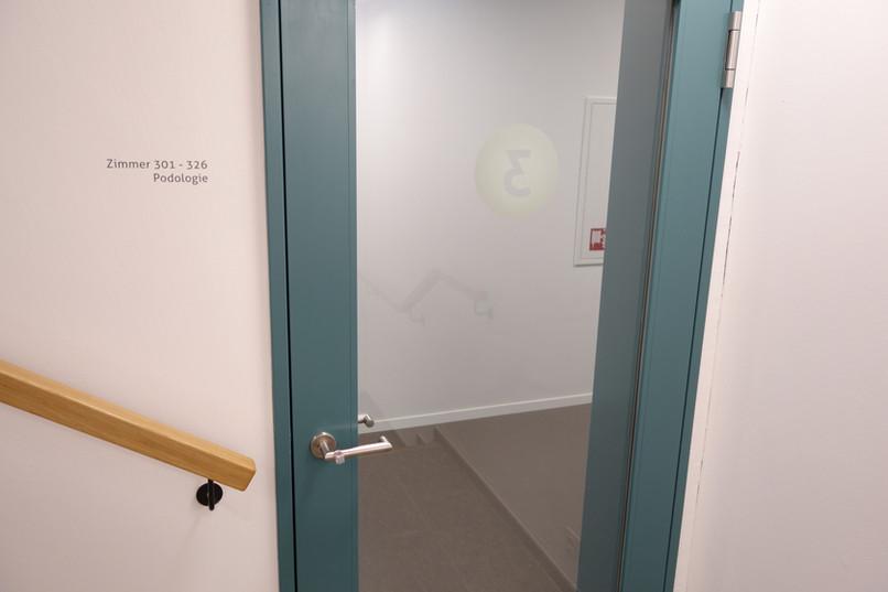Beschriftung mit Schabloniertechnik, Türbeschriftung auf Glas mit Folienplot