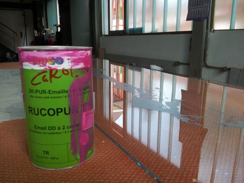 Farbe wird von externer Firma auf Glas gespritzt