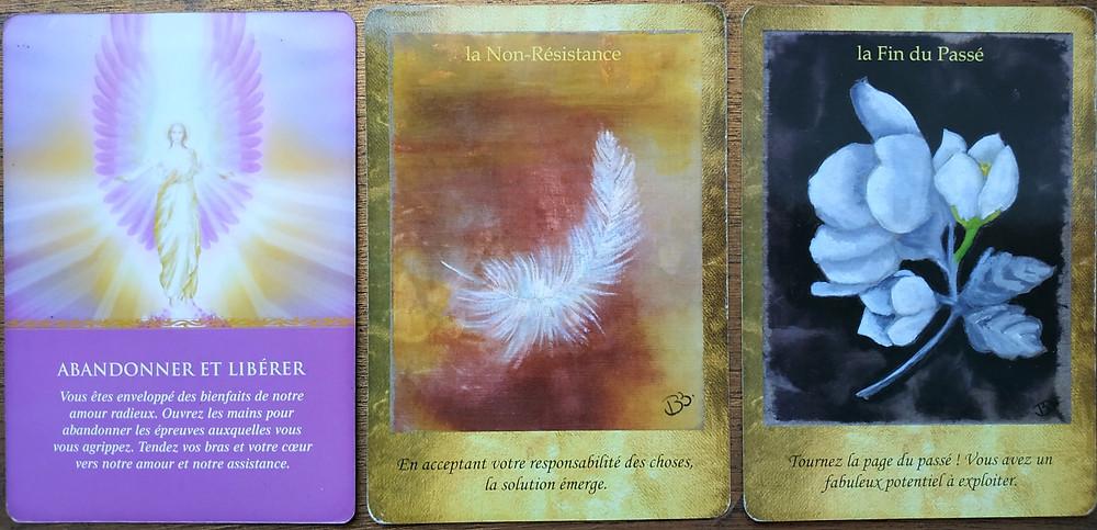 Cartes tirées de L'Oracle des Anges de Doreen Virtue et du Jeu Les Portes de l'Intuition de Vanessa Mielczareck et Brigitte Barberane