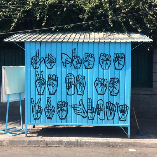 Mural en el puesto. Lo que se ve no se p
