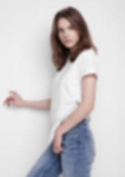 Junges Model im weißen T-Shirt und Denim