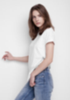 Jeune mannequin en t-shirt blanc et deni