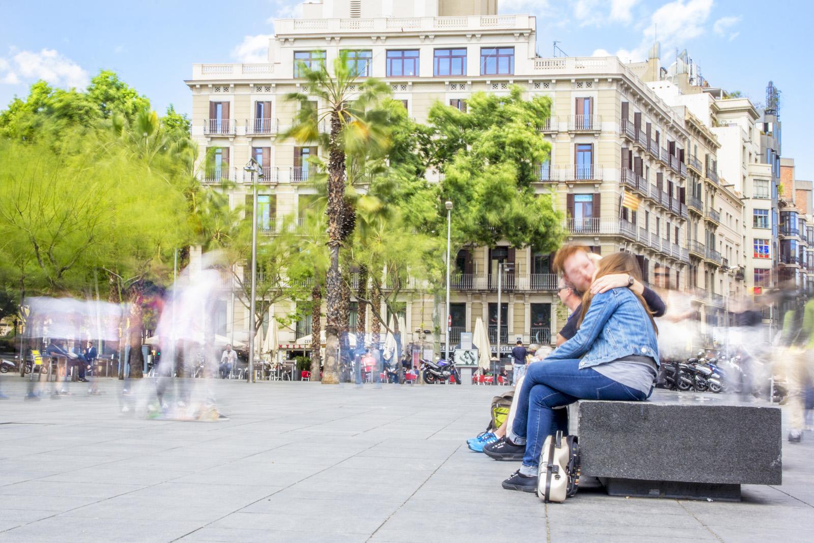 Kisses on plaza Universtitat, Barcelona