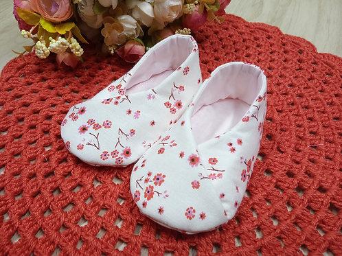 Sapatinho de bebê transpassado floral