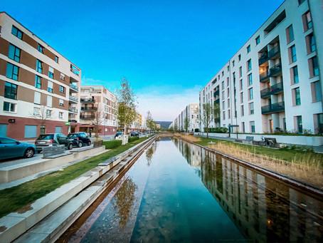 Fragezeit: Baumpflanzungen und Wasserbecken in der Bahnstadt