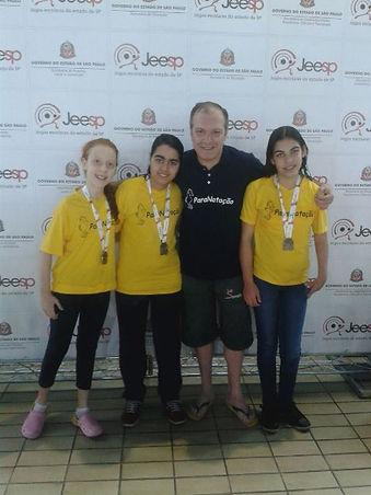 Ao centro o profesor Marcelo Micheleto com atletas do projeto Nova Geração