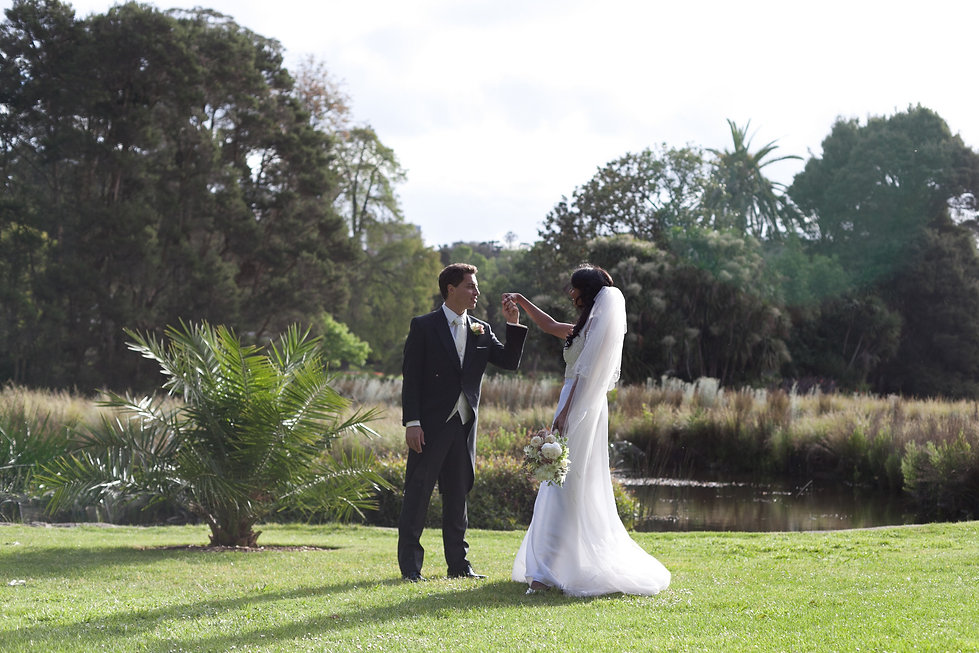 wedding couple at the botanical gardens, melbourne. Wedding Photographer.