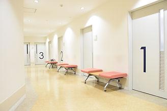 清潔感のある空間で医療を提供する為にリフォームした病院の待合スペース