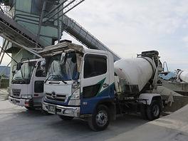 福岡市西区にある飯盛運輸のミキサー車の写真です。