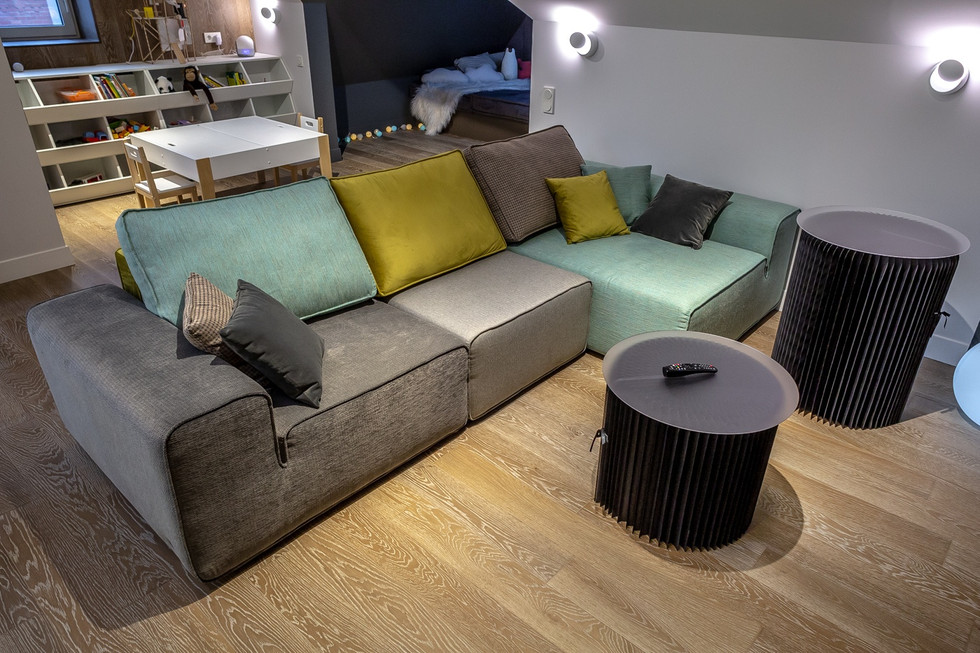 Угловой диван с цветными подушками