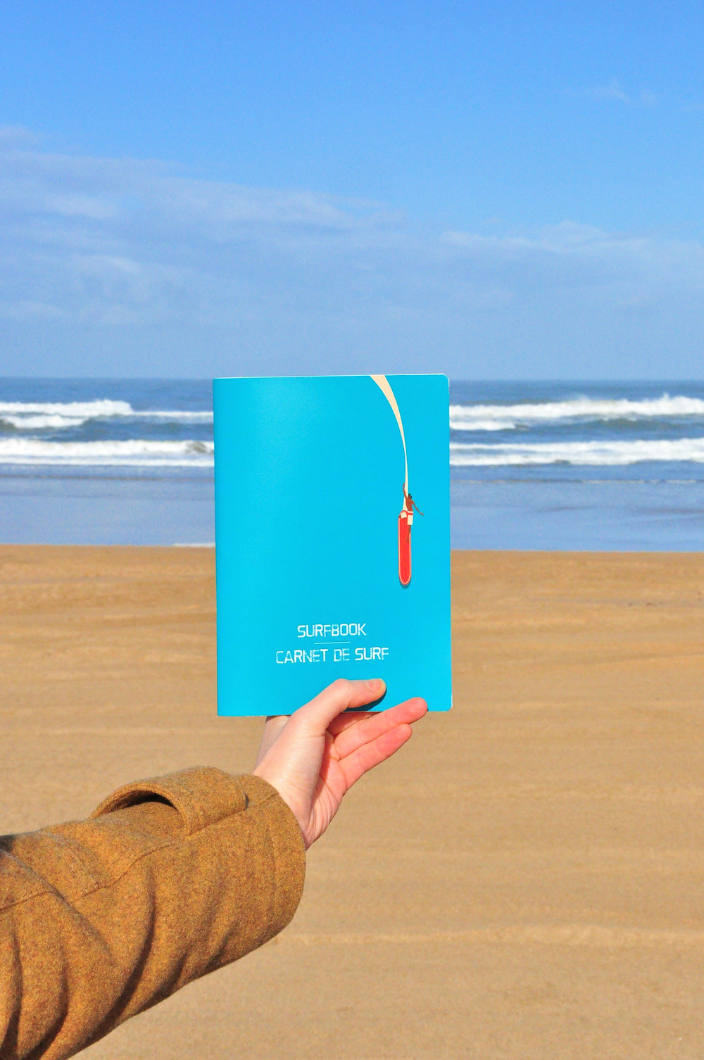 Surfing journal in front of a surf spot