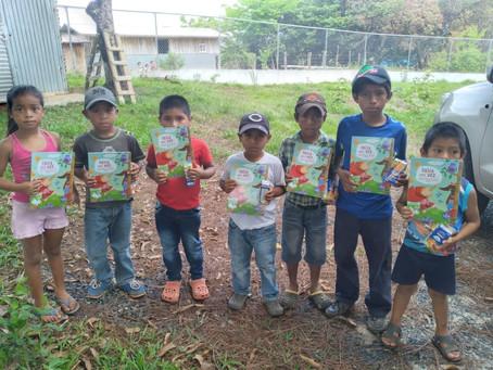 250 libros infantiles a los niños de la comunidad de Cañazas y Ñürüm