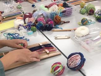 糸紡ぎ体験と段ボール織り
