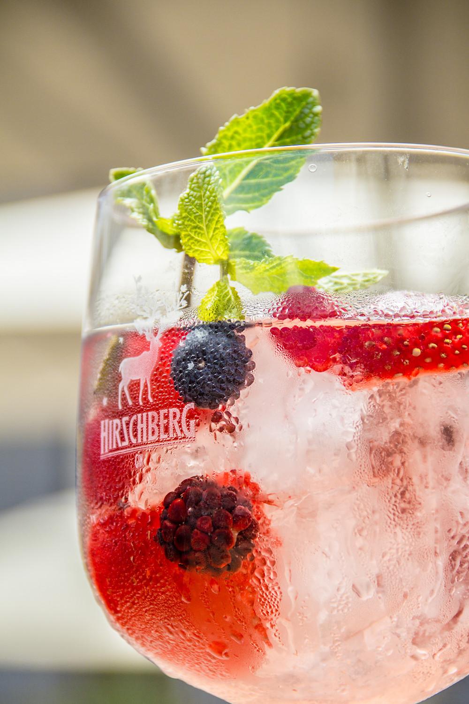 Beerenbowle mit Hirschberg Gin und frischen Beeren