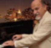 FERDINANZ    Fernando es un pianista que aborda todo tipo de géneros, clásicos y populares, desde Chopin a Beatles pasando por Queen, Charly García, Piazzolla, Strauss, en fin, toca lo que le echen.    Un autentico portento.    Tiempo Show: 75min. / 2X45min.  Músico solista.