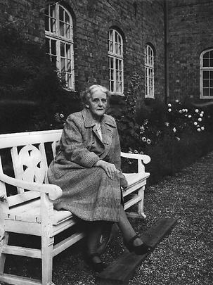 Ingeborg Buhl foran klosteret.png