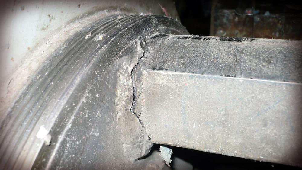 Трещина в местах соединения ножевой планки и цапфы