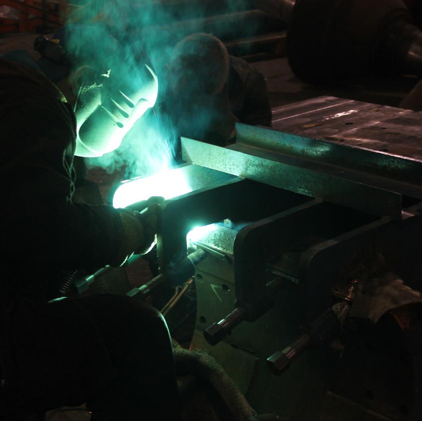 Процесс наплавки электрододержателя