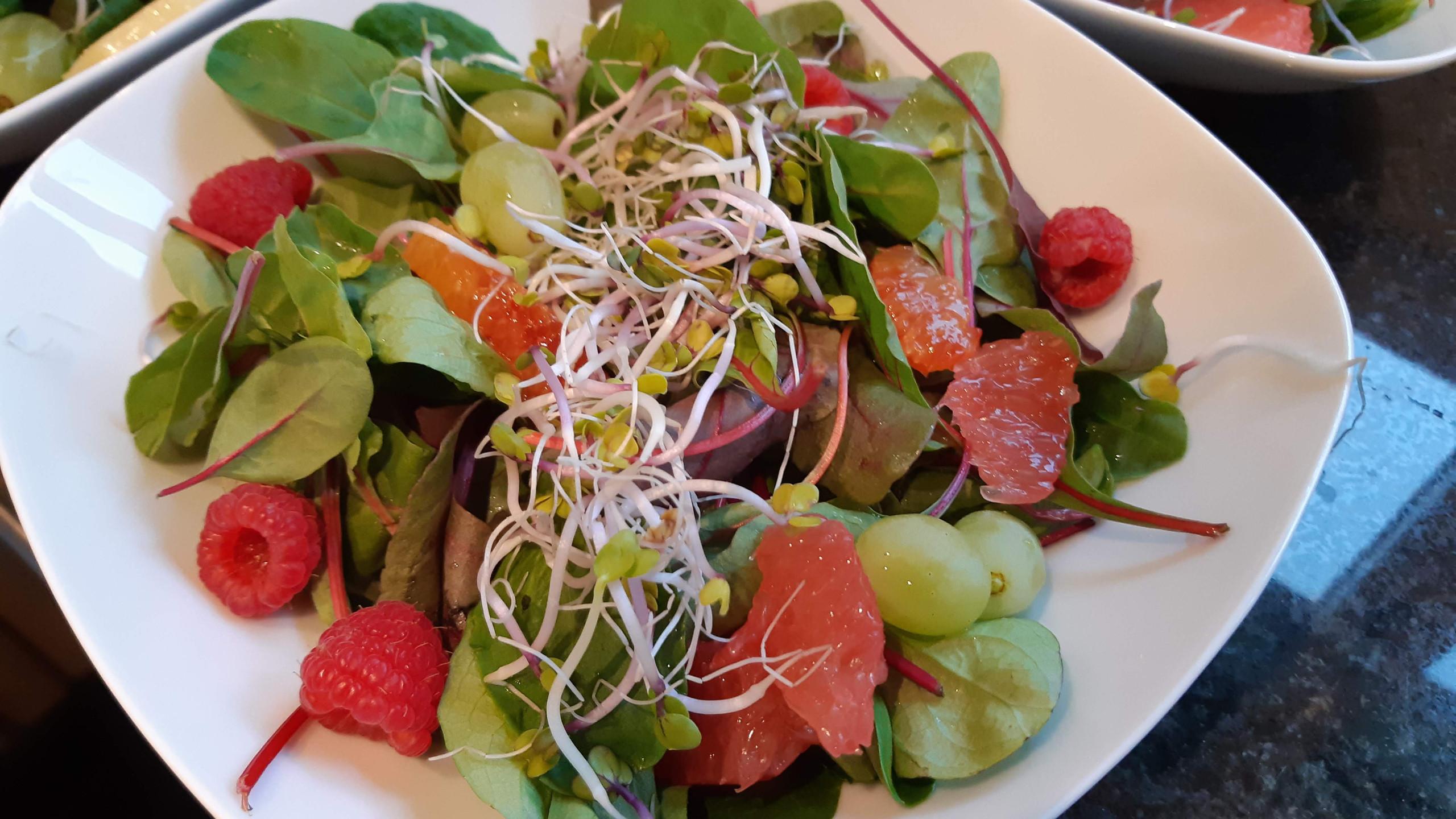Blattsalat mit Früchten