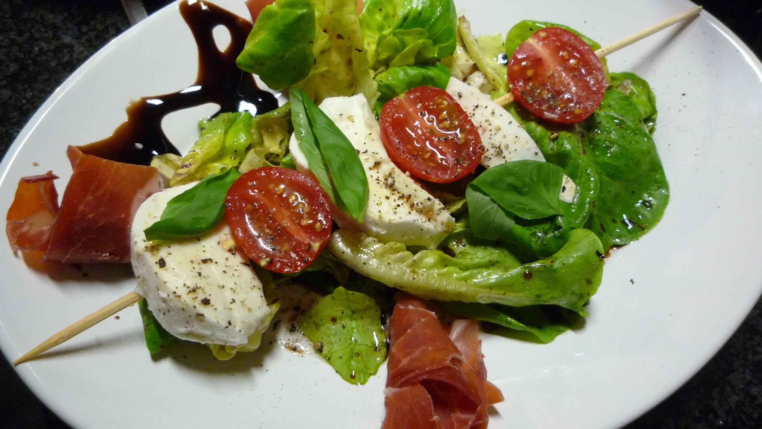 Mozzarella-Spiesschen auf Salatbett