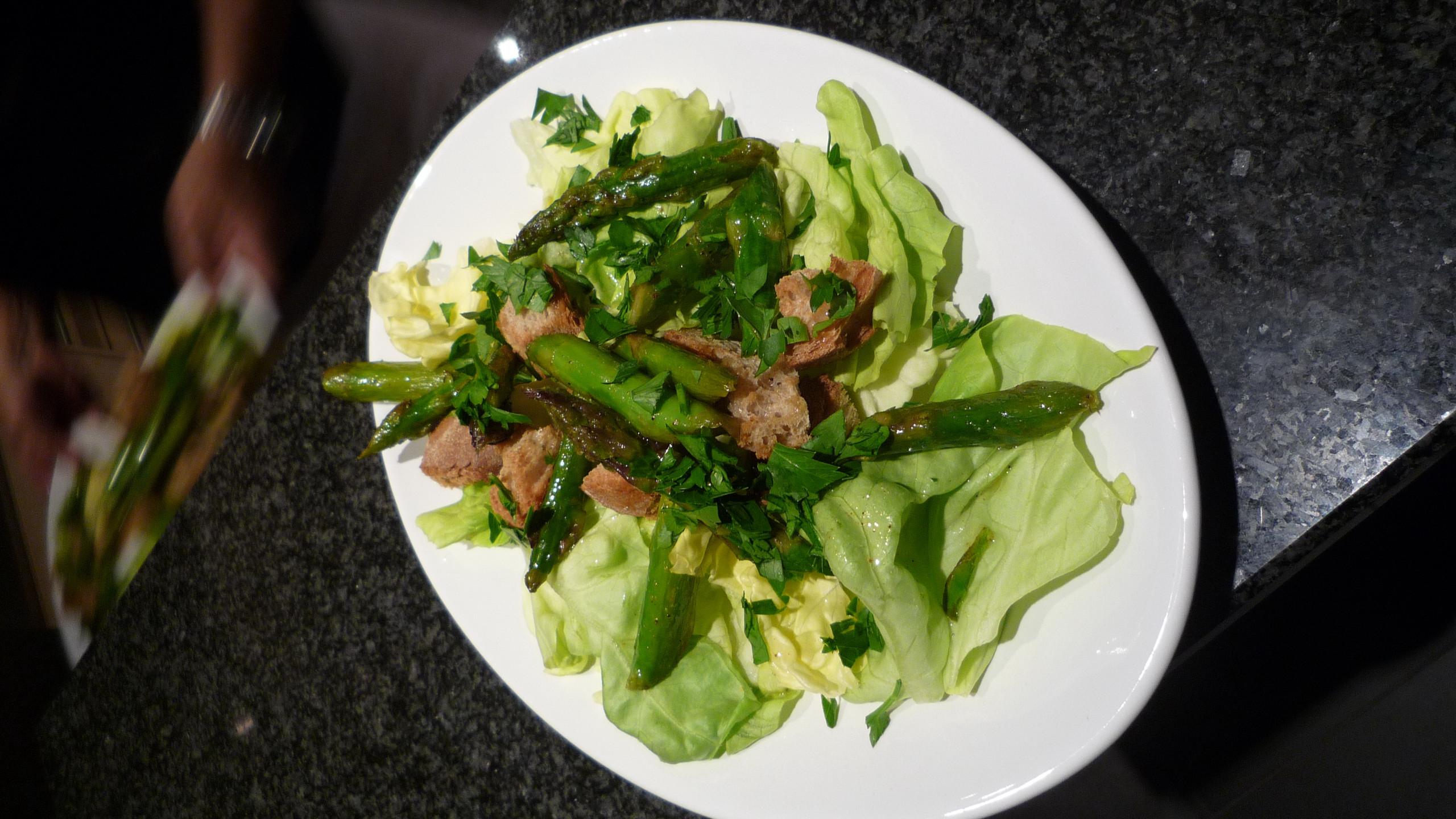 Lauwarmer Spargel-Brot-Salat