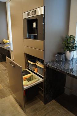 Integrovaný odpadní koš v kuchyni
