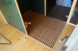 Sprcha obložená sklem venkovní dřevěná sauna Praha