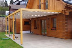 Minimalistická dřevěná pergola s látkovým zastíněním typové řady s plochou střechou Náchod