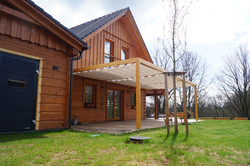 Zastínění dřevěné pergoly které v zimě nestíní, realizace zastínění terasy Náchod