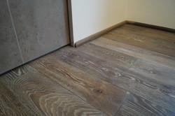 Zakouřená podlaha bílý pór
