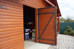 Ocelový rám dřevěných dveří
