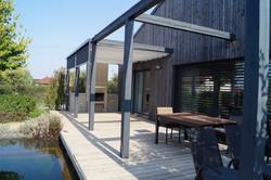 Zastínění dřevěné terasy nebránící výhledu z okna domu
