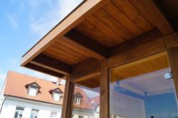 Přesah střechy venkovní sauny v oblasti vstupu