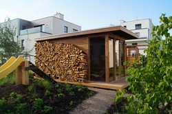Uskladněné palivové dřevo u venkovní sauny Praha
