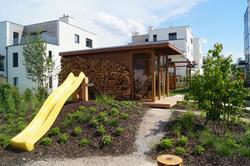 Promyšlené situování venkovní sauny v městské zahradě v Praze