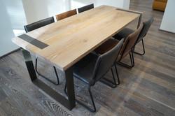 čpavkovaná podlaha s dubovým stolem