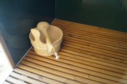 Podlahový rošt pro odtok vody ve sprše venkovní sauny Praha