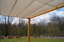 Zastínění terasy látkovou plachtou na dřevěné typové pergole Náchod