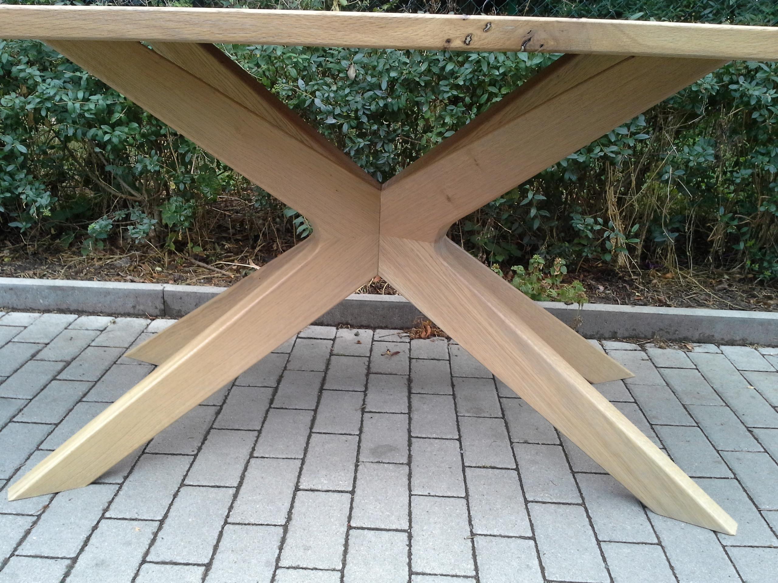 Stůl ježek křížení nohou