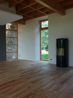 Jasanová podlaha a krbová kamna