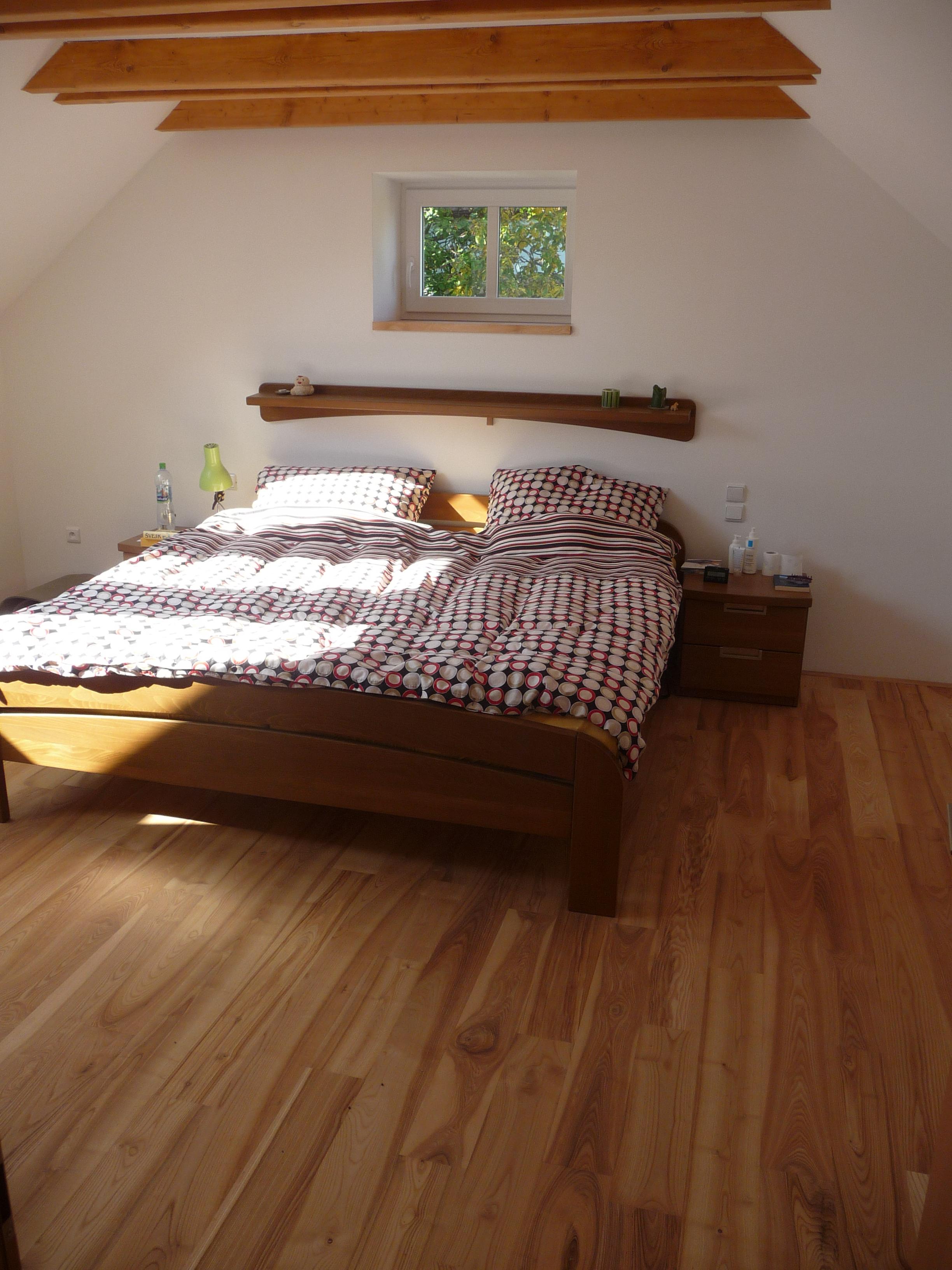 Masivní buková postel na jasanové podlaze