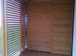 Pohled na posuvné dřevěné okenice