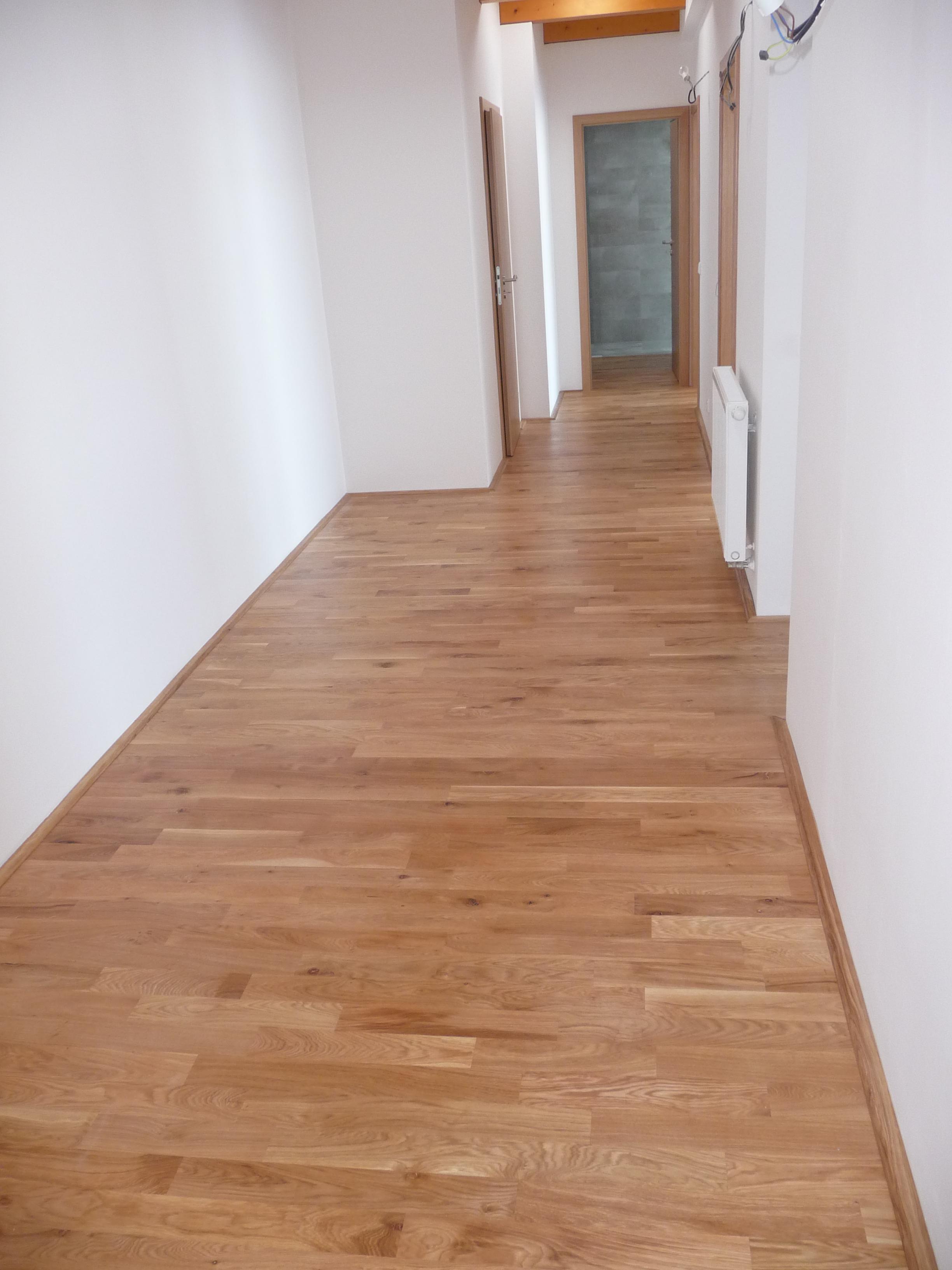 Dřevěná podlaha dub v chodbě