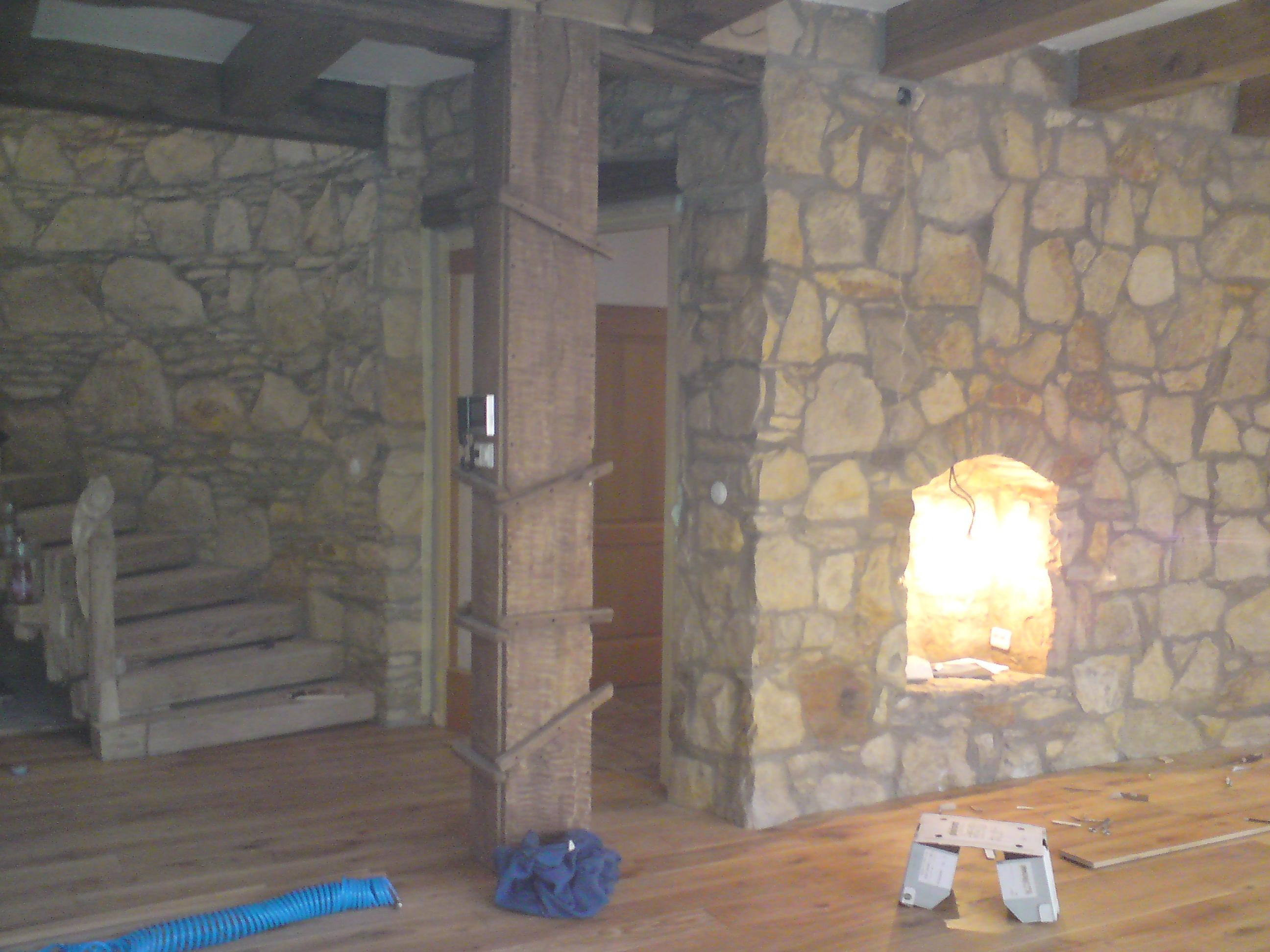 Dubová podlaha a kámen obklad
