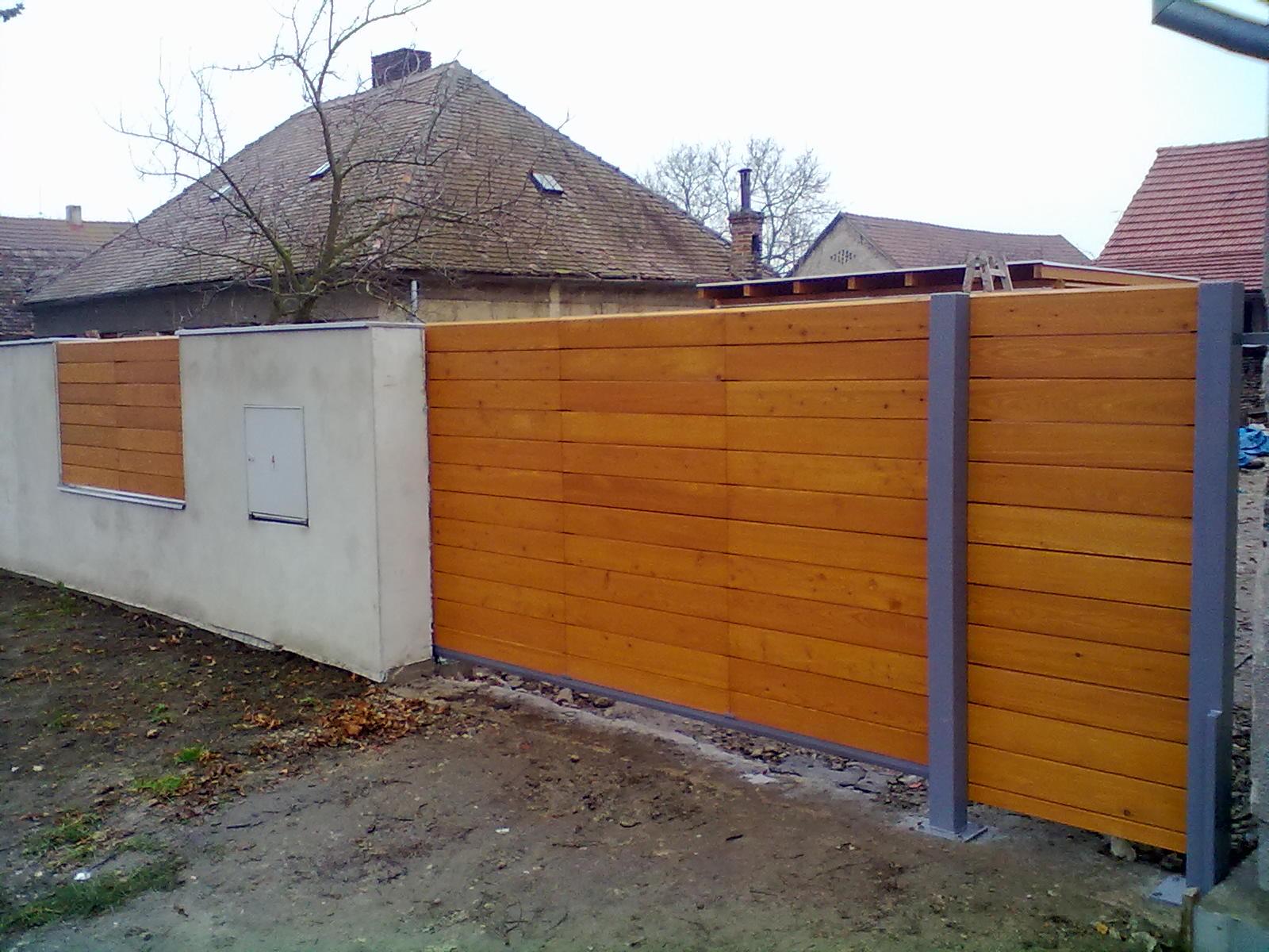 Dřevěná vrata a plot Kolín
